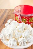 Muchas pequeñas galletas blancas del merengue con la caja de regalo redonda de la Navidad Imagenes de archivo