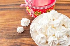 Muchas pequeñas galletas blancas del merengue con la caja de regalo redonda de la Navidad Fotografía de archivo