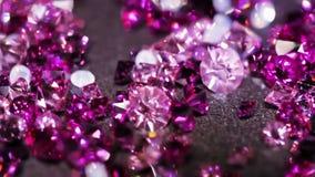Muchas pequeñas piedras brillantes de la joya que giran metrajes