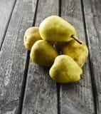 Muchas peras en una tabla de madera rústica Fruta útil Foto de archivo libre de regalías
