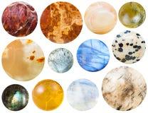 Muchas piedras de gema redondas del cabochon aisladas en blanco Fotos de archivo