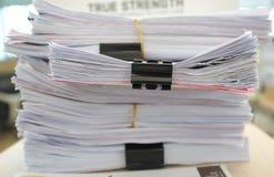 Muchas pilas de papeles en el escritorio fotos de archivo