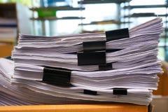 Muchas pilas de papeles en el escritorio fotografía de archivo libre de regalías