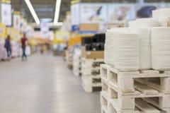 Muchas placas en el estante de cocinar determinado del blanco de la tienda Estantes en una variedad de placas del blanco en la ti imagen de archivo