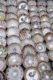 Muchas placas rumanas tradicionales de la cerámica Foto de archivo