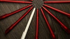 Muchas plumas del rojo y un movimiento blanco en un c?rculo Oficina o escuela, d?a del concepto del conocimiento, primer de septi almacen de video