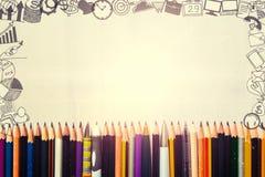 Muchas plumas y lápices con los iconos del dibujo del negocio alrededor de la frontera imagen de archivo libre de regalías