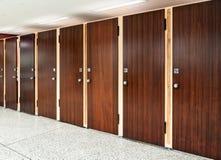 Muchas puertas del retrete Fotos de archivo libres de regalías