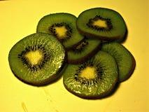 Muchas rebanadas del kiwi foto de archivo