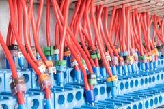 Muchas retransmisiones intermedias instaladas en fila Están conectados con muchos alambres rojos con la marca Foto de archivo libre de regalías