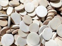 Muchas rondas de madera planas que se pueden utilizar como textura o fondo imagenes de archivo