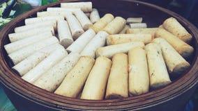 Muchas salchichas de cerdo blancas en cesta Fotos de archivo libres de regalías