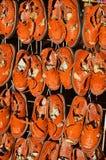 Muchas sandalias mexicanas de cuero marrones Imagen de archivo