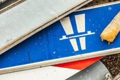 Muchas señales de tráfico que mienten en la tierra Fotografía de archivo libre de regalías