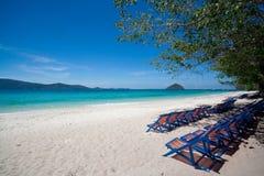 Muchas sillas de playa en la playa Foto de archivo