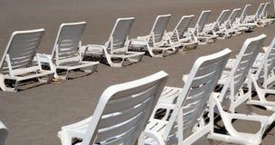 Muchas sillas de salón blancas Fotos de archivo