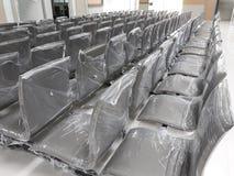 Muchas sillas negras de la oficina en venta foto de archivo