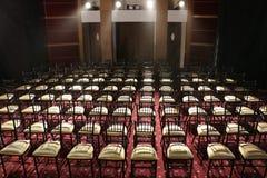 Muchas sillas puestas en fila en auditorio Foto de archivo