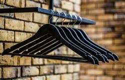 Muchas suspensiones negras de madera en una barra Concepto de la tienda, venta, dise?o, suspensiones vac?as Ennegrezca viernes Ro imágenes de archivo libres de regalías