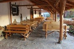 Muchas tablas y sillas de madera foto de archivo libre de regalías