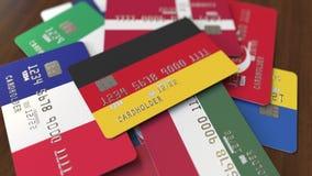 Muchas tarjetas de crédito con diversas banderas, acentuaron la tarjeta de banco con la bandera de Alemania almacen de metraje de vídeo