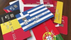 Muchas tarjetas de crédito con diversas banderas, acentuaron la tarjeta de banco con la bandera de Grecia almacen de metraje de vídeo