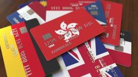 Muchas tarjetas de crédito con diversas banderas, acentuaron la tarjeta de banco con la bandera de Hong Kong almacen de metraje de vídeo