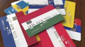 Muchas tarjetas de crédito con diversas banderas, acentuaron la tarjeta de banco con la bandera de Hungría almacen de video