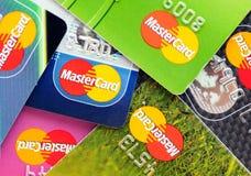 Muchas tarjetas de crédito por Mastercard Fotos de archivo libres de regalías