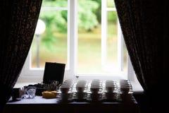 Muchas tazas con las cucharas en una tabla, para el café o el té imágenes de archivo libres de regalías