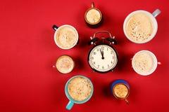 Muchas tazas de café con el despertador Fotografía de archivo libre de regalías