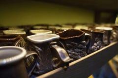 Muchas tazas de café que venden en la tienda Fotos de archivo libres de regalías
