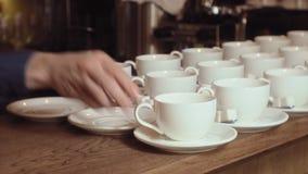 Muchas tazas de té limpias blancas vacías almacen de metraje de vídeo