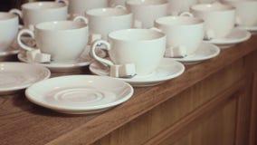 Muchas tazas de té limpias blancas vacías almacen de video