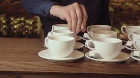 Muchas tazas de té limpias blancas vacías metrajes