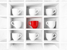 Muchas tazas del blanco y una taza roja en el estante, Imagenes de archivo