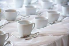 Muchas tazas del café con leche en una línea sobre una comida fría Imagen de archivo libre de regalías