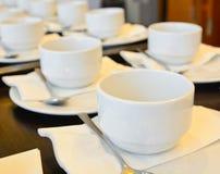 Muchas tazas del café con leche que esperan el servicio Imagenes de archivo