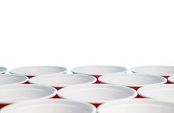 Muchas tazas rojas del partido aisladas en blanco Ciérrese para arriba de los envases del alcohol de la universidad con el espaci Imágenes de archivo libres de regalías