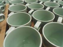 Muchas tazas se alinearon ordenado imagen de archivo libre de regalías
