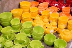 Muchas tazas y platillos de té están en la tabla Imagen de archivo libre de regalías