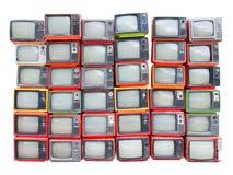 Muchas televisiones viejas del vintage llenan para arriba aislado en el backgroun blanco Fotografía de archivo