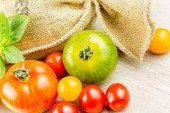 Muchas variedades de tomates coloridos Foto de archivo