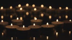 Muchas velas de Cinemagraph que queman en la oscuridad almacen de metraje de vídeo