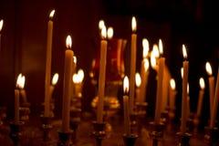 Muchas velas en una fila Imagen de archivo libre de regalías