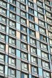 Muchas ventanas del edificio de varios pisos Imagen de archivo