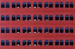 Muchas ventanas en la pared de ladrillo roja vieja Fotografía de archivo