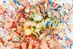 Muchas virutas coloreadas del lápiz en el fondo blanco Imagen de archivo libre de regalías