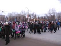 Muchedumbre alegre del día de fiesta del día de Novosibirsk de gente que camina a lo largo del camino que mira el acontecimiento foto de archivo