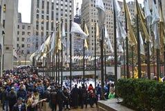 Muchedumbre alrededor del árbol Foto de archivo